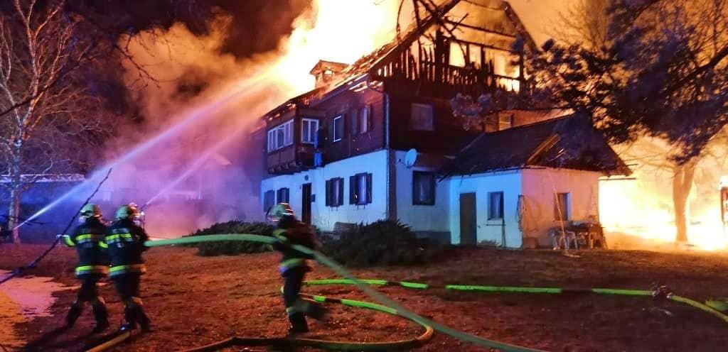 Verheerendes Brandereignis - Fünf Gebäude im Ortszentrum von Obersdorf in Vollbrand