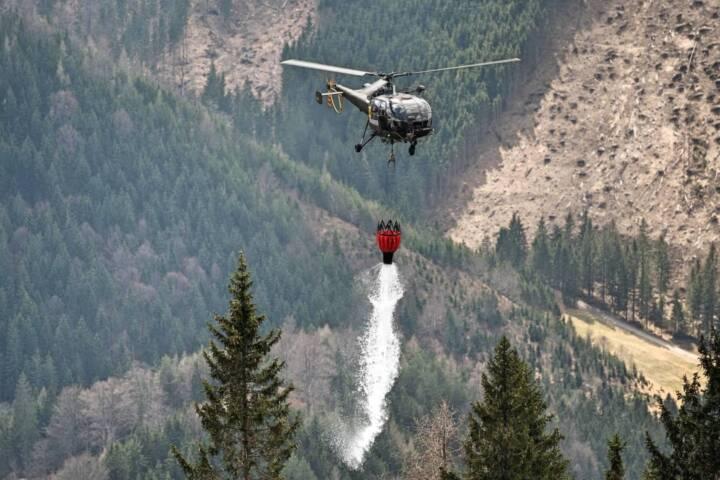 Erneute Löscharbeiten mit zwei Hubschrauber beim Waldbrand in der Hinterlainsach