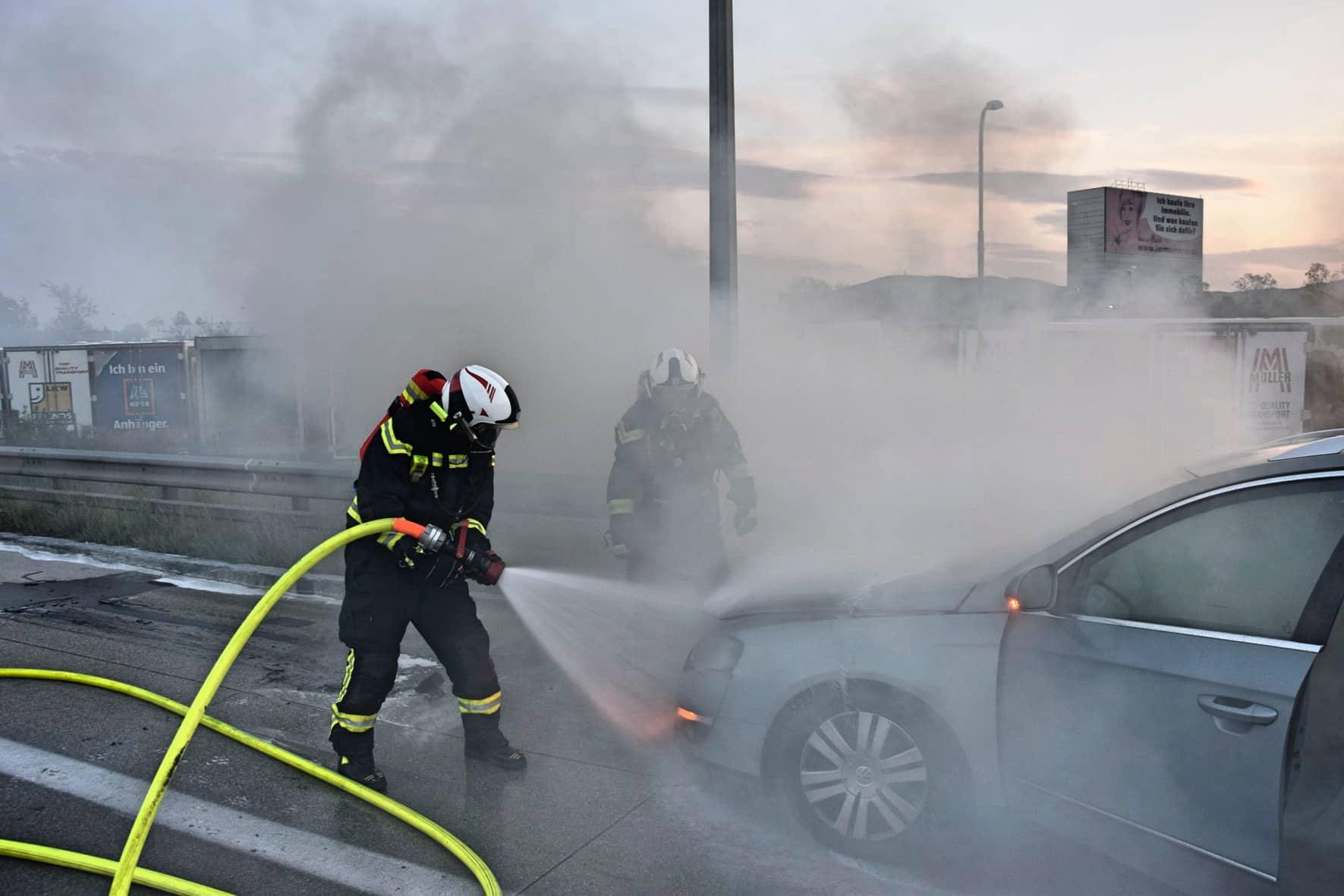 Brennender Kombi auf der A2 in Wiener Neudorf