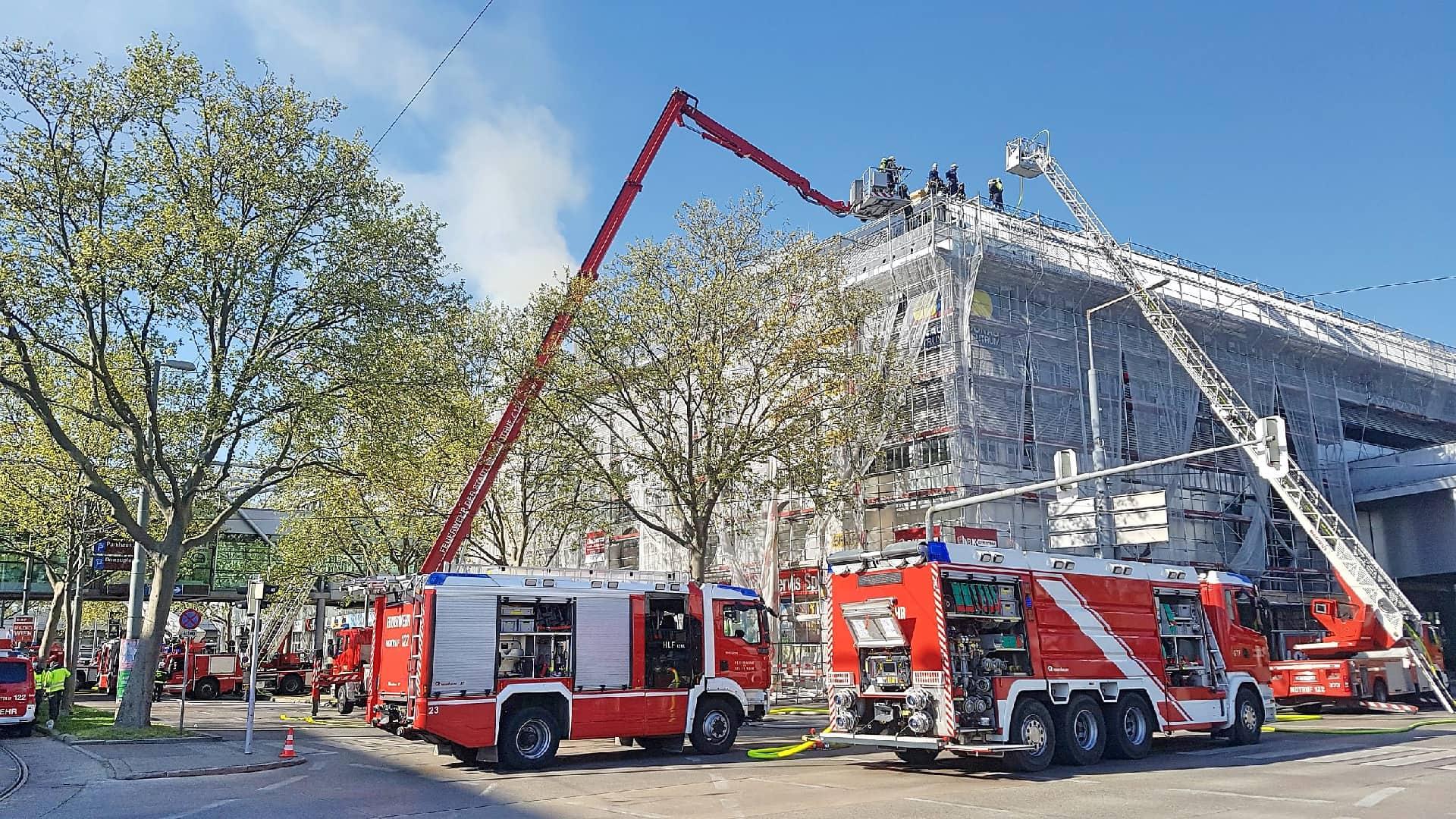 Donauzentrum: Berufsfeuerwehr hat Dachbrand unter Kontrolle