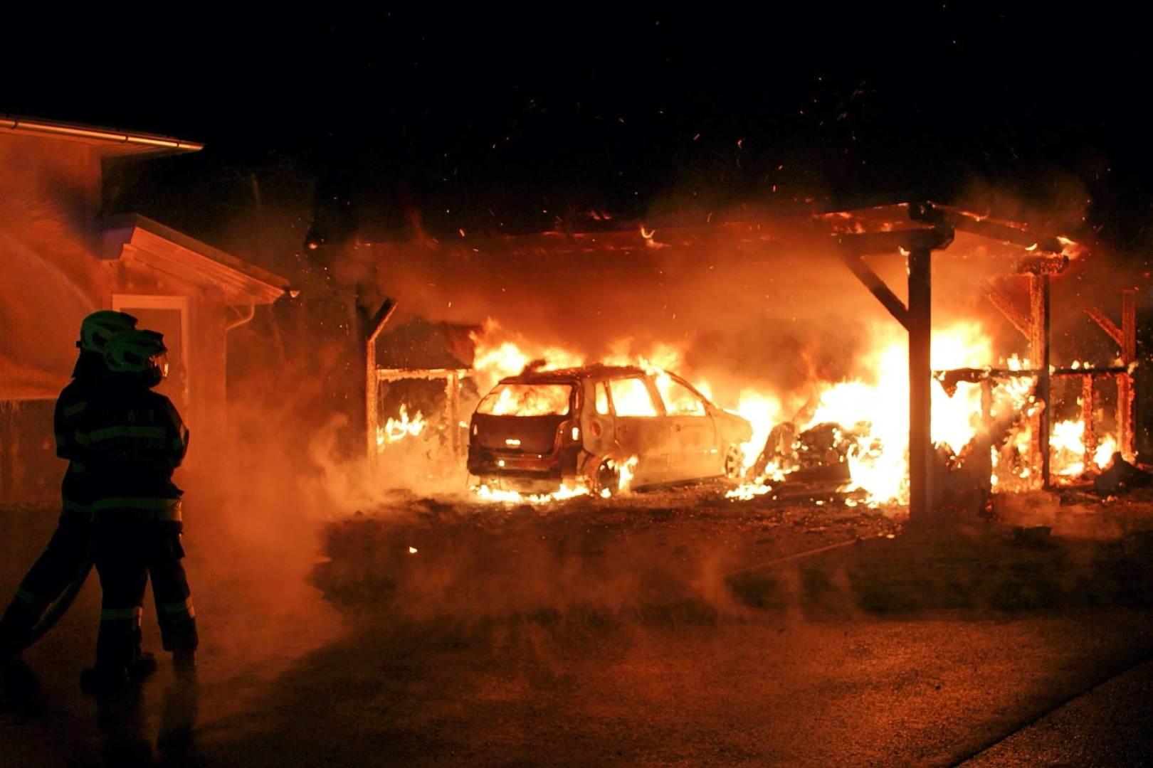 Carport samt Fahrzeuge wurde Raub der Flammen – Wohnhaus gerettet