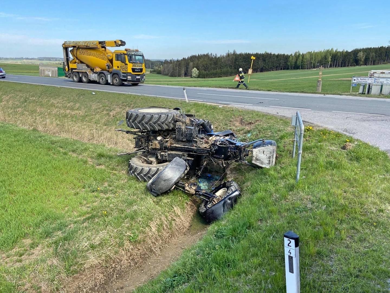 Schwerer Verkehrsunfall zwischen LKW und Traktor