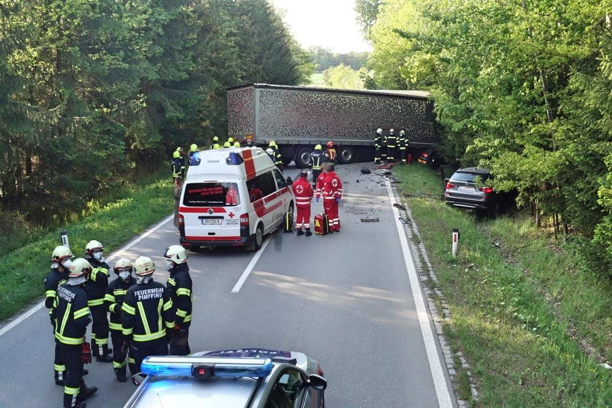 Schwerer Verkehrsunfall mit Sattelzug auf der B137