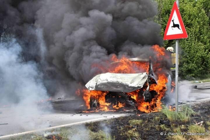 Fahrzeugbrand nach Frontalzusammenstoß