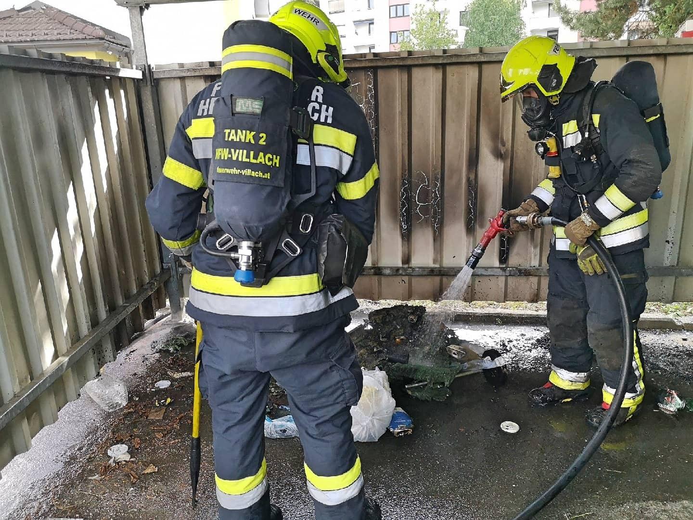 Zwei Feuerwehrmänner mit Brandschutt