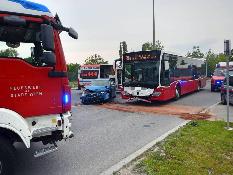 Unfallstelle mit Wiener Linienbus und Einsatzfahrzeugen