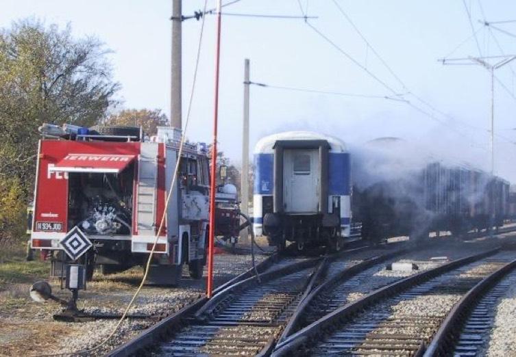 Rauchender Zug und Feuerwehrauto