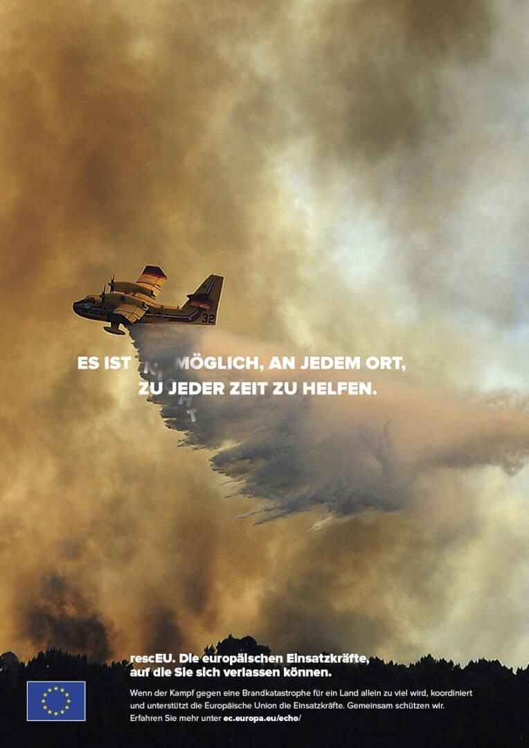 Löschflugzeug bei Waldbrandbekämpfung