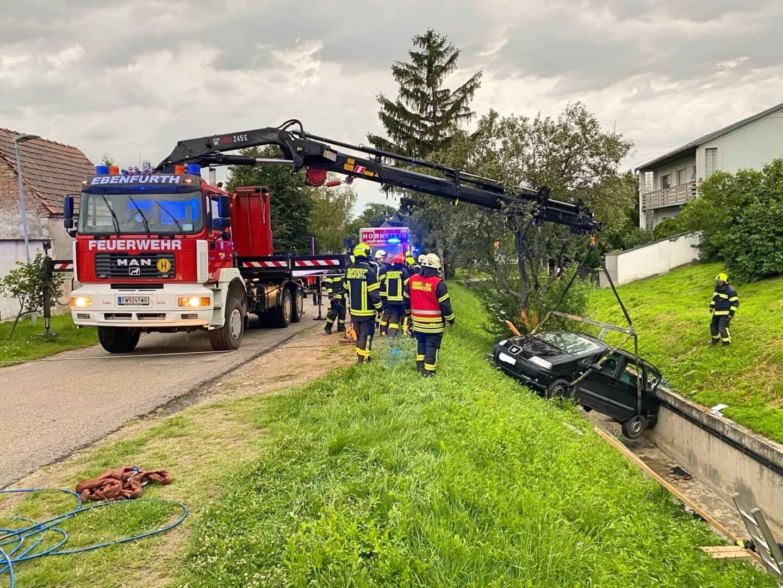 Fahrzeugbergung - PKW in Bachbett