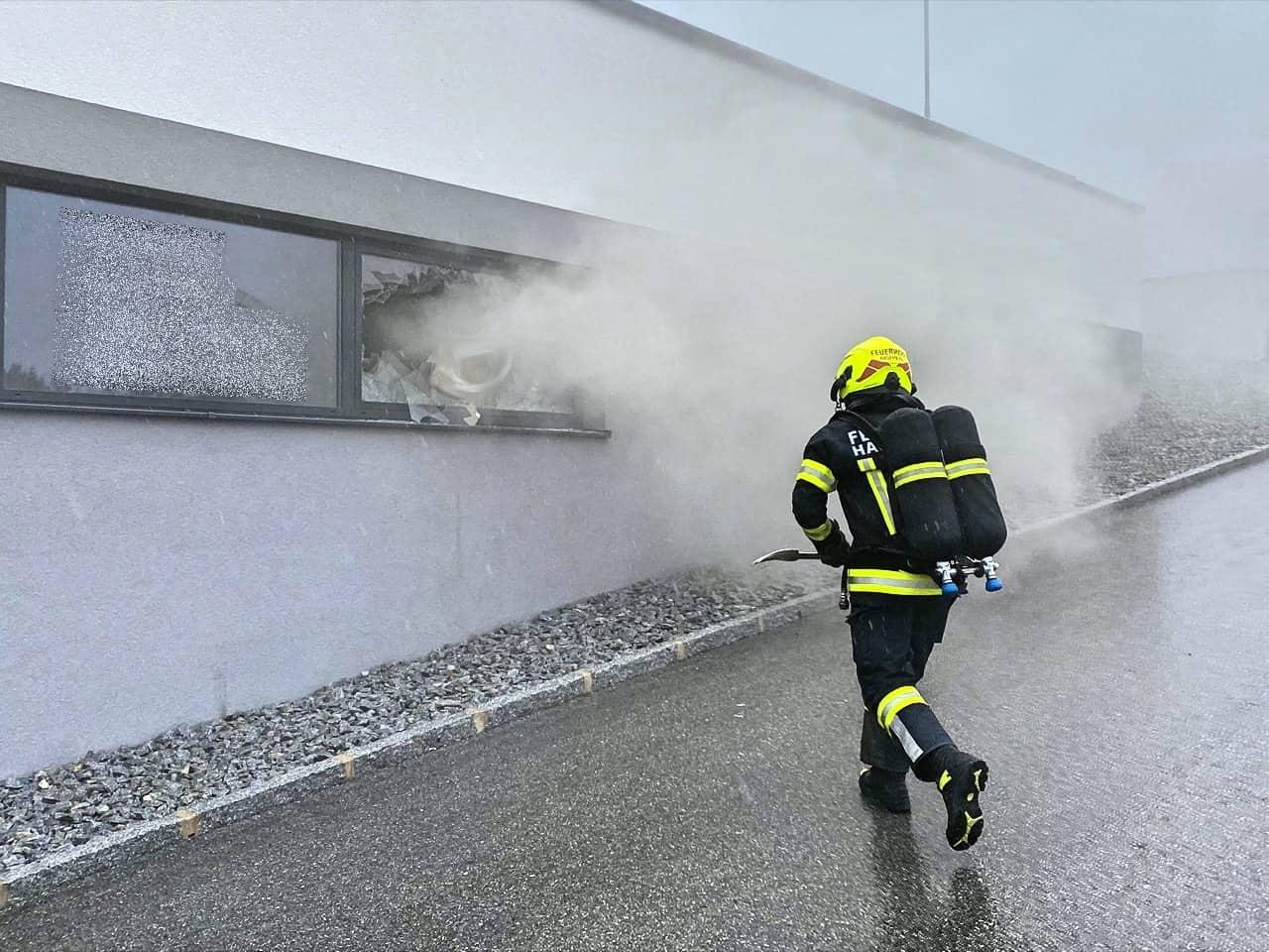 Brand im Garagentrakt eines Gewerbebetriebs