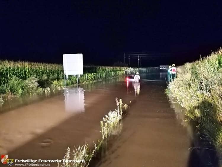 PKW-Bergung aus überschwemmter Unterführung