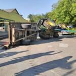 Traktor auf Kreuzung umgekippt