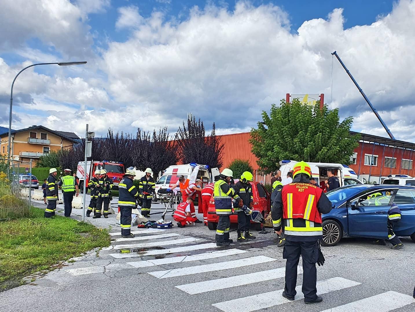 Schwerer Verkehrsunfall mit eingeklemmten Personen