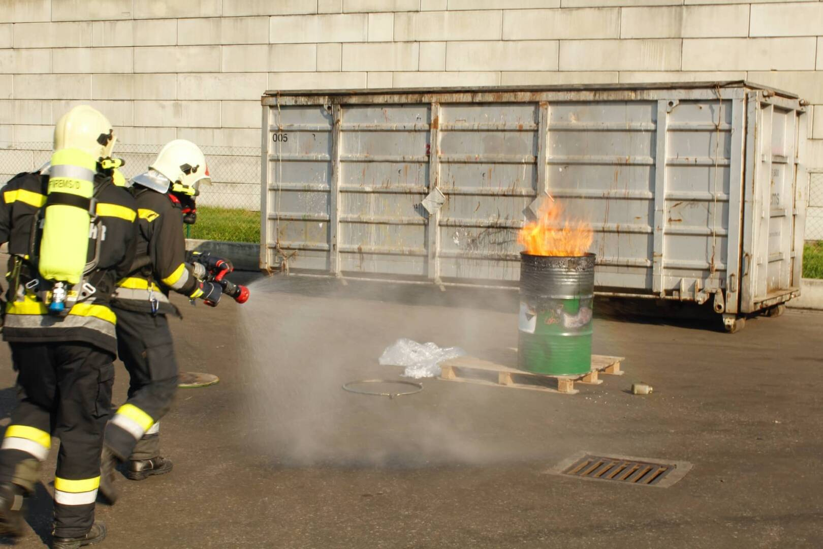 Brand von Chemikalienabfällen in Entsorgungsbetrieb