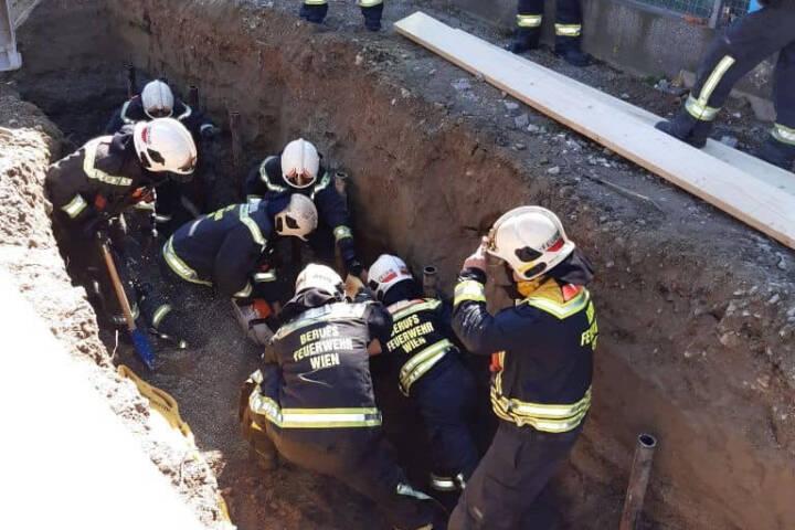 Feuerwehr rettet verschütteten Bauarbeiter
