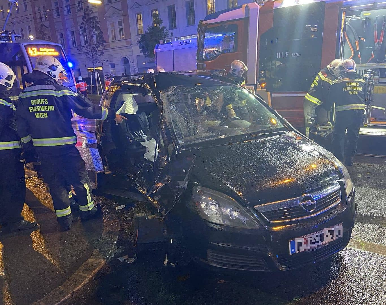 Verkehrsunfall mit drei zum Teil schwerverletzten Personen