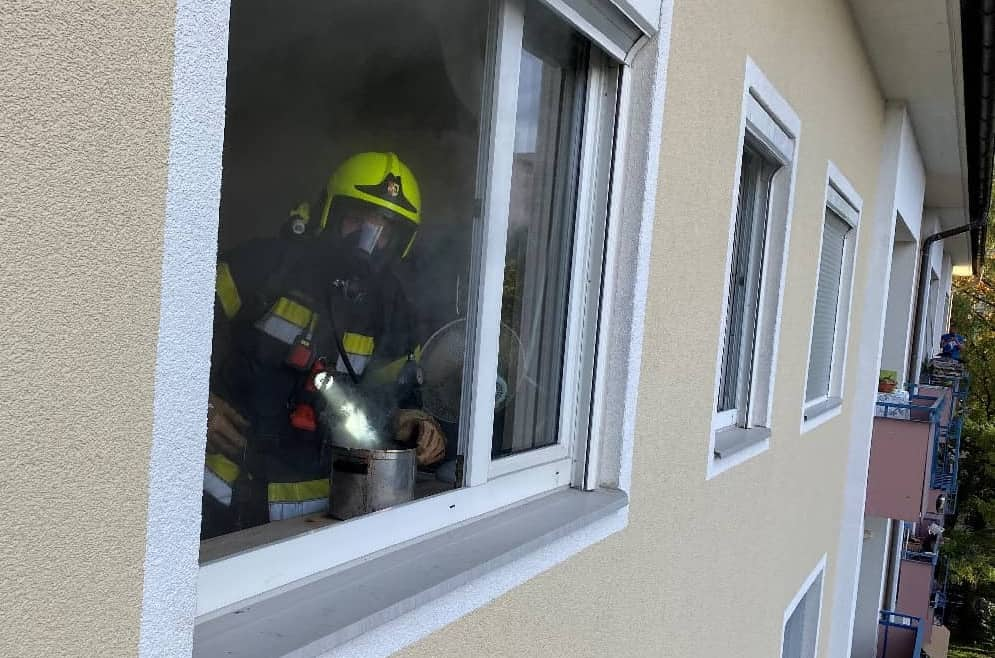 Person aus verrauchter Wohnung gerettet