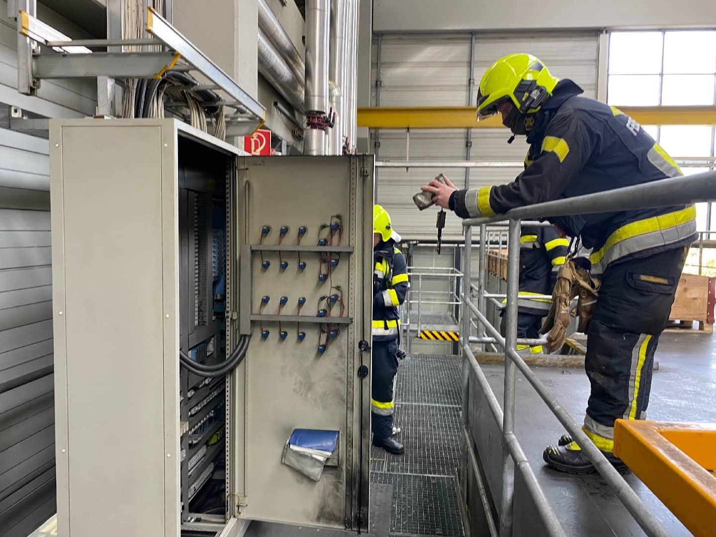 Elektroverteiler in Betriebsstätte fing Feuer