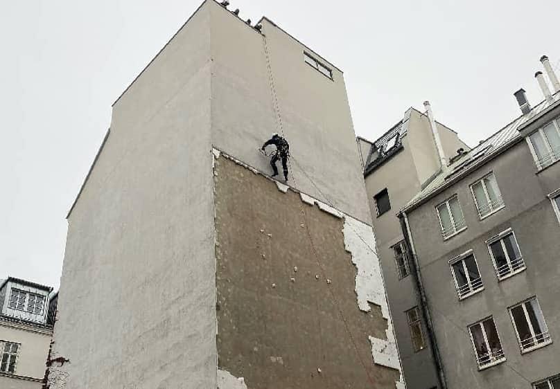 Höhenretter der BF Wien entfernt lose Fassadenteile