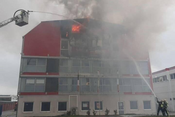Knapp 100 Einsatzkräfte der Berufsfeuerwehr Wien bekämpfen den Brand in einer Lagerhalle