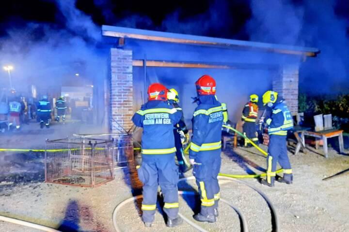 Schuppenbrand beschäftigt zwei Feuerwehren