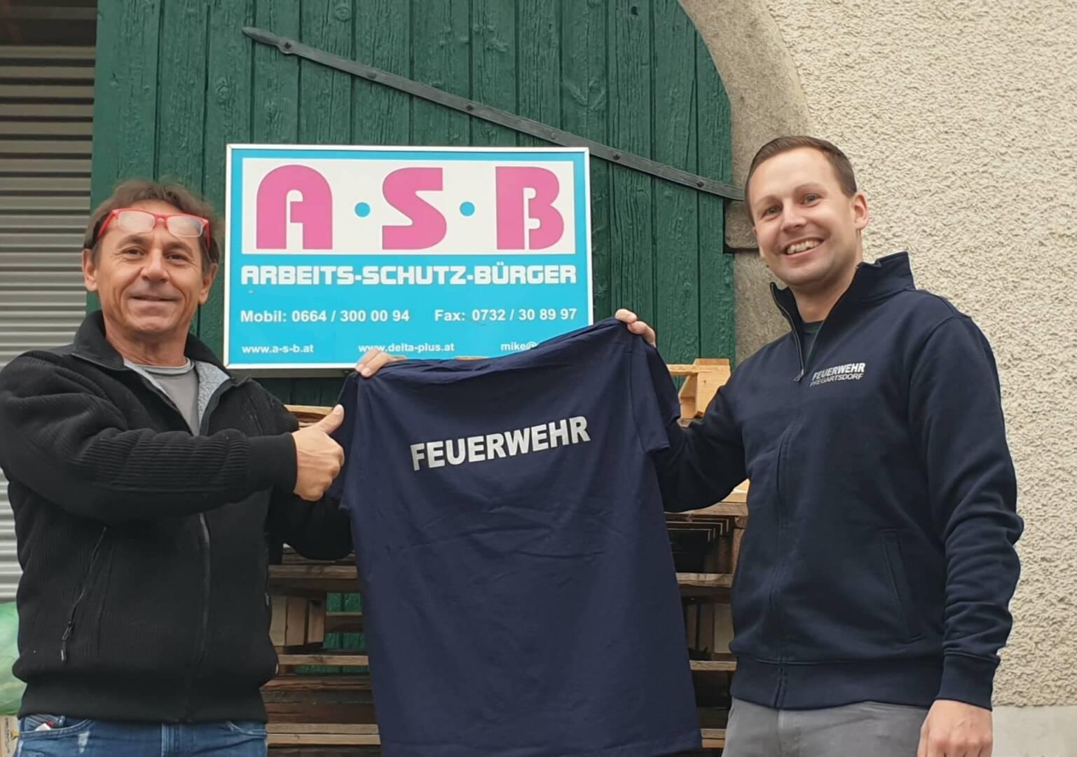 Neue Einsatz-T-Shirts für die Feuerwehr