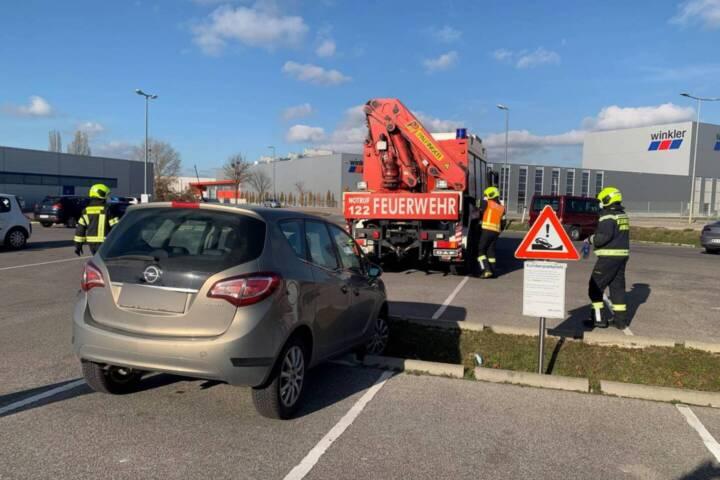 Fahrzeugbergung am Supermarktparkplatz