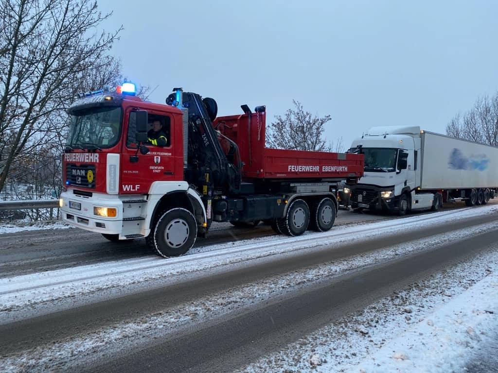 Unfall und LKW Bergung nach Wintereinbruch