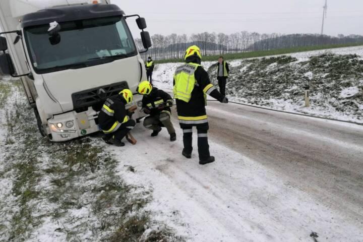 Wintereinbruch sorgt für LKW Bergungen