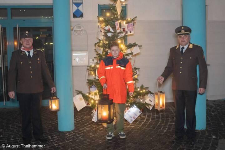 Jonas Gebetsroither durfte das Friedenslicht in Sankt Florian übernehmen