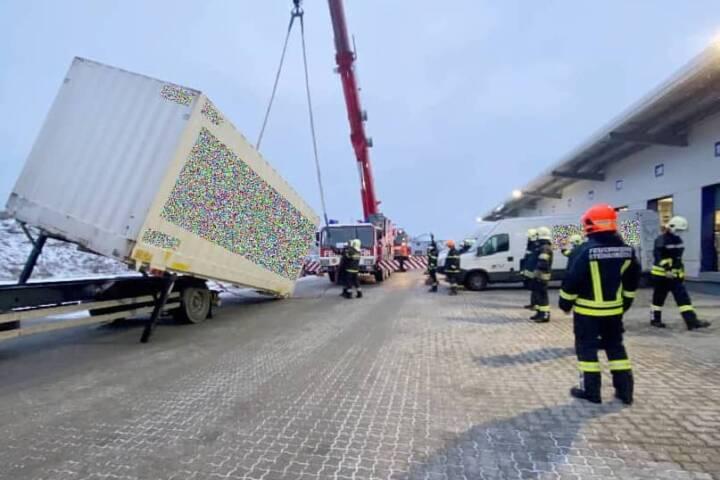 Bergung eines LKW Anhängers samt Container