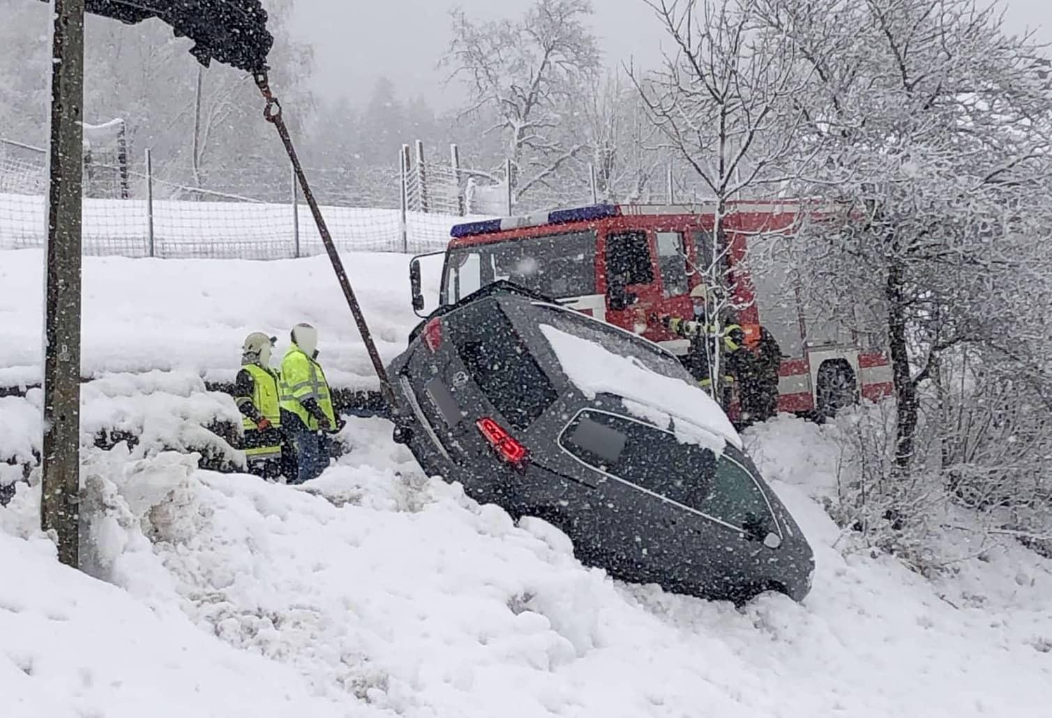 Fahrzeug am Schrott von Fahrbahn abgekommen