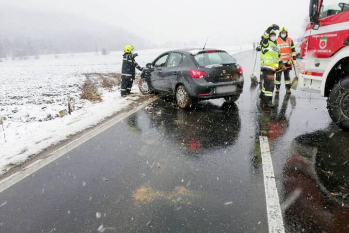 Verkehrsunfall - Auto landet im Acker