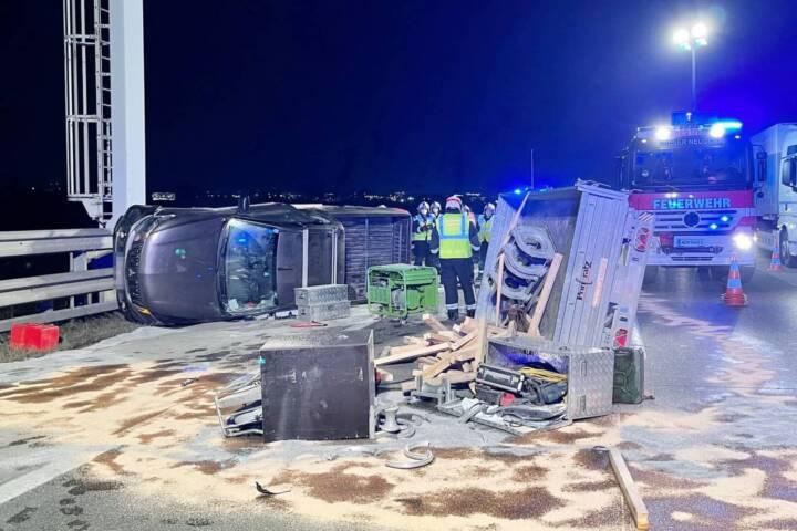 Pick-Up mit Anhänger auf der Südautobahn bei Wiener Neudorf umgestürzt