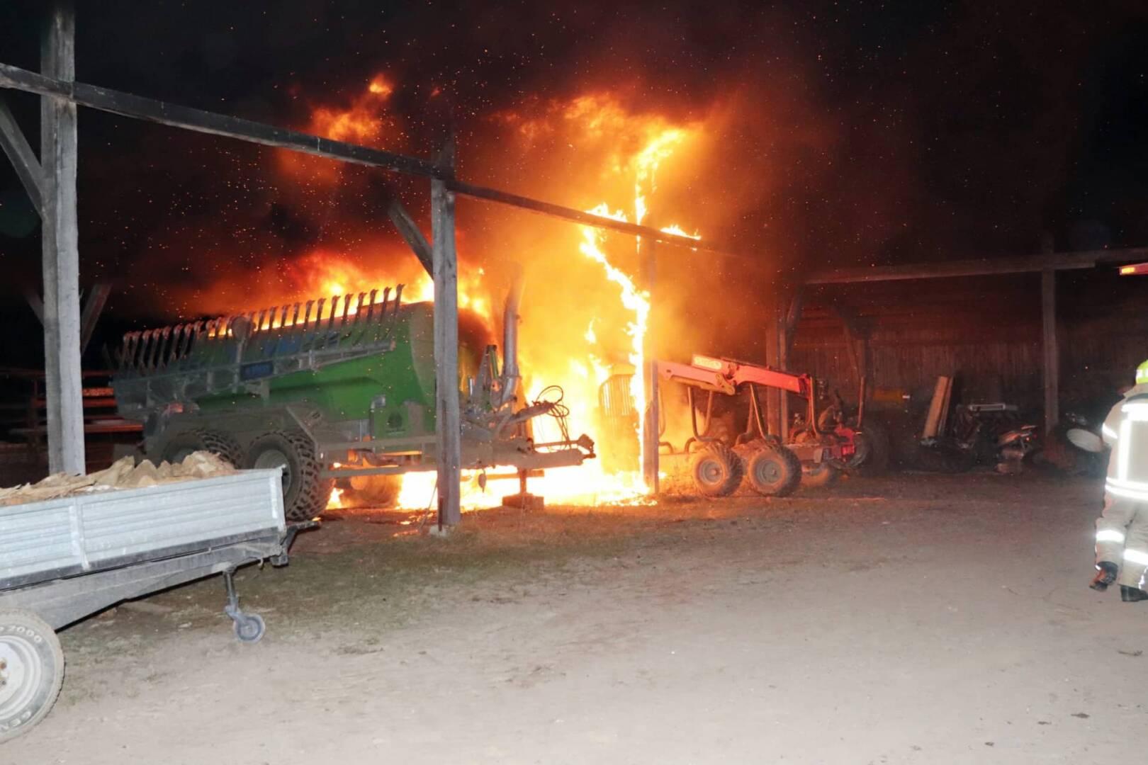 Traktorbrand im Gebäude in Glasing