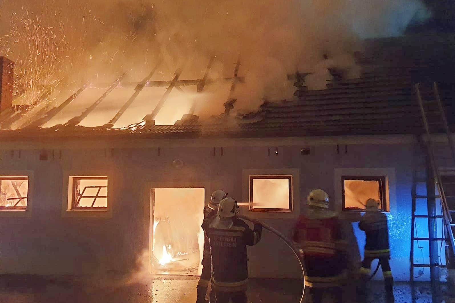 Brand eines ehemaligen Stallgebäudes im Ortskern von Thuma