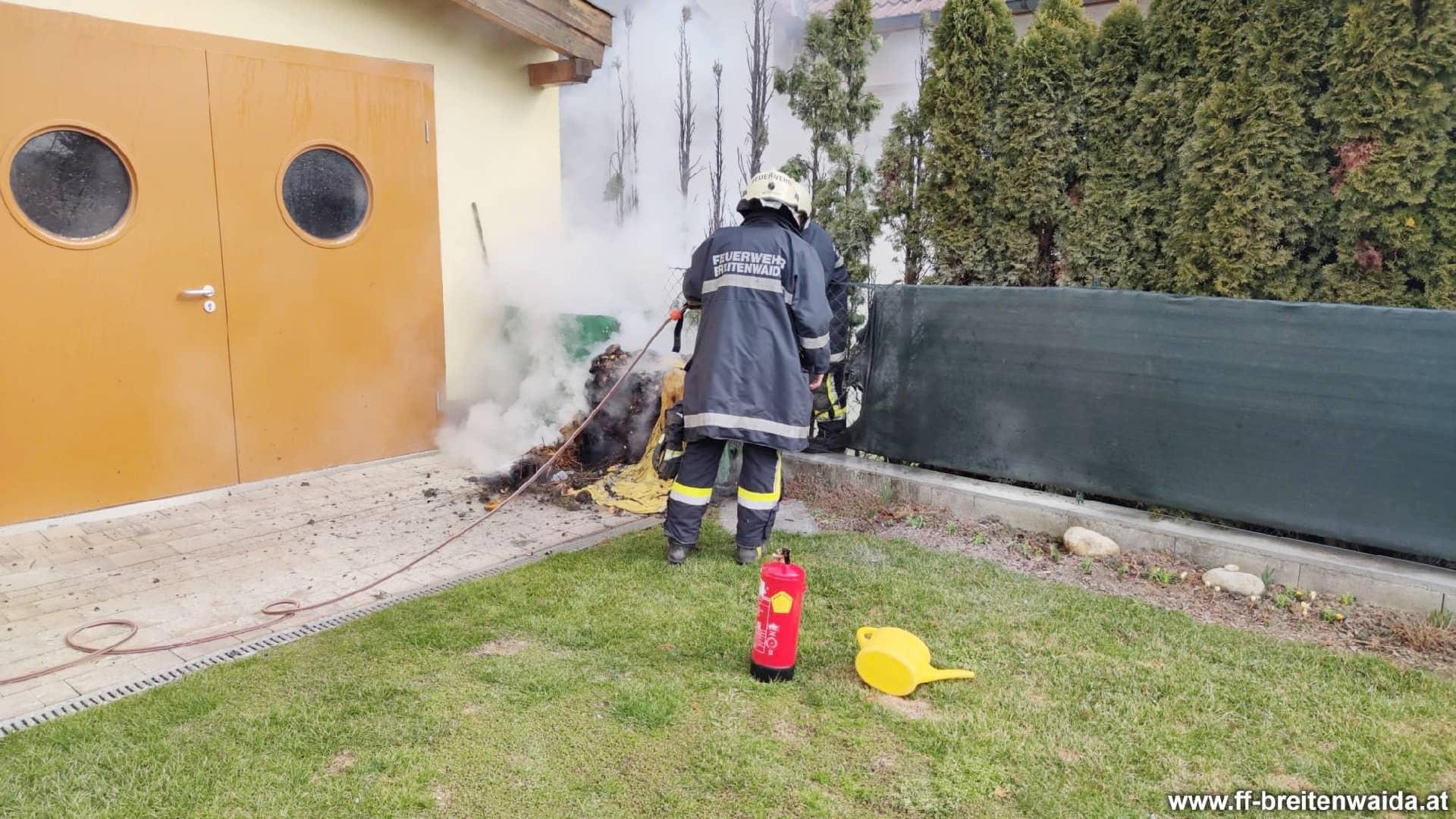 Brand eines Komposters / Thujenhecke