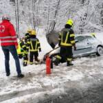 Fahrzeug rutschte in Straßengraben