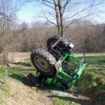 Pensionist kippte mit Traktor um