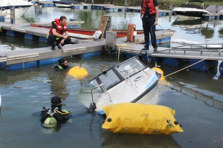 Sinkendes Boot erfolgreich geborgen