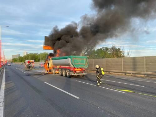 BF Wien: LKW-Brand auf der A23 Südosttangente