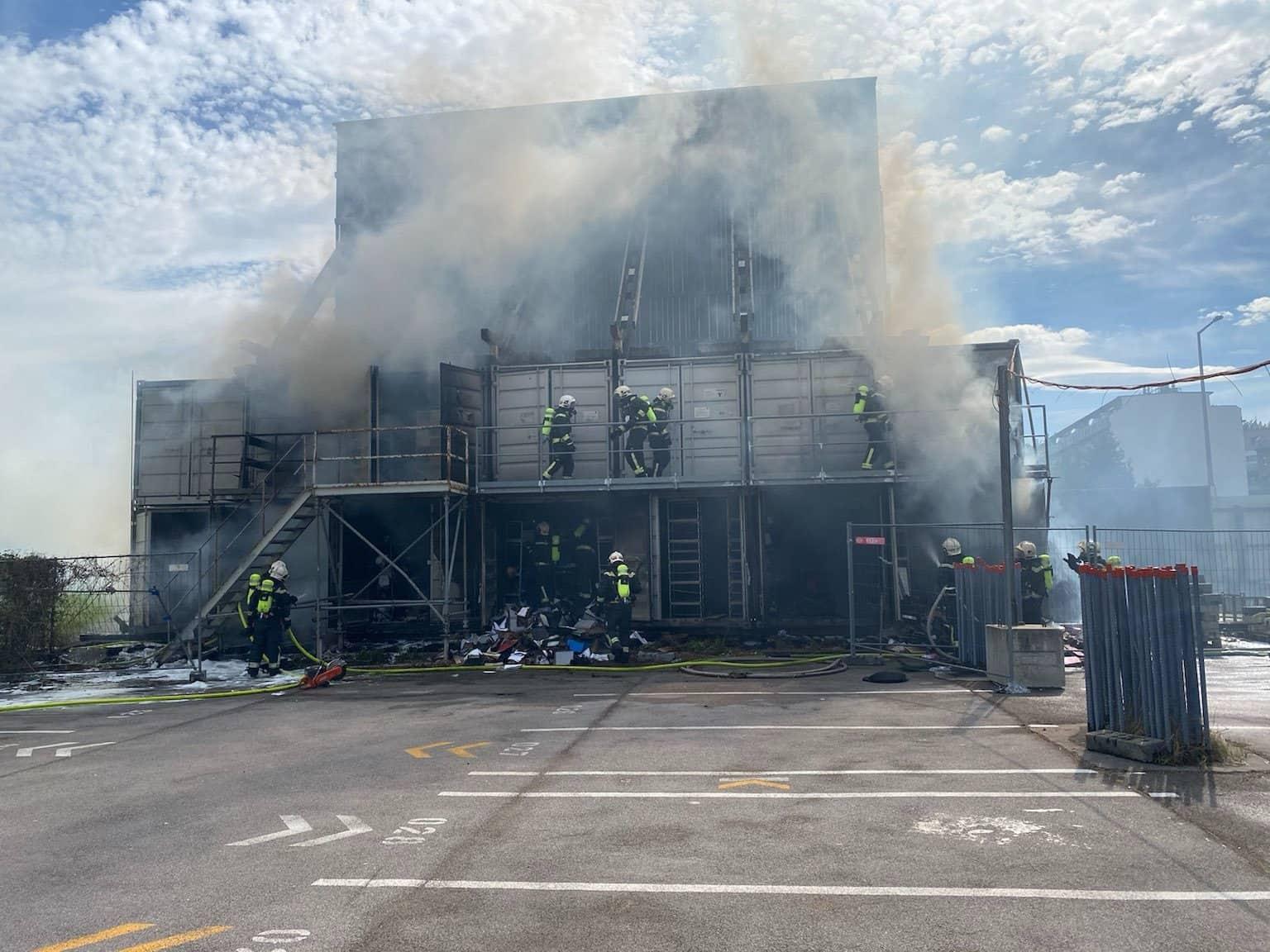 Berufsfeuerwehr löschte brennende Container