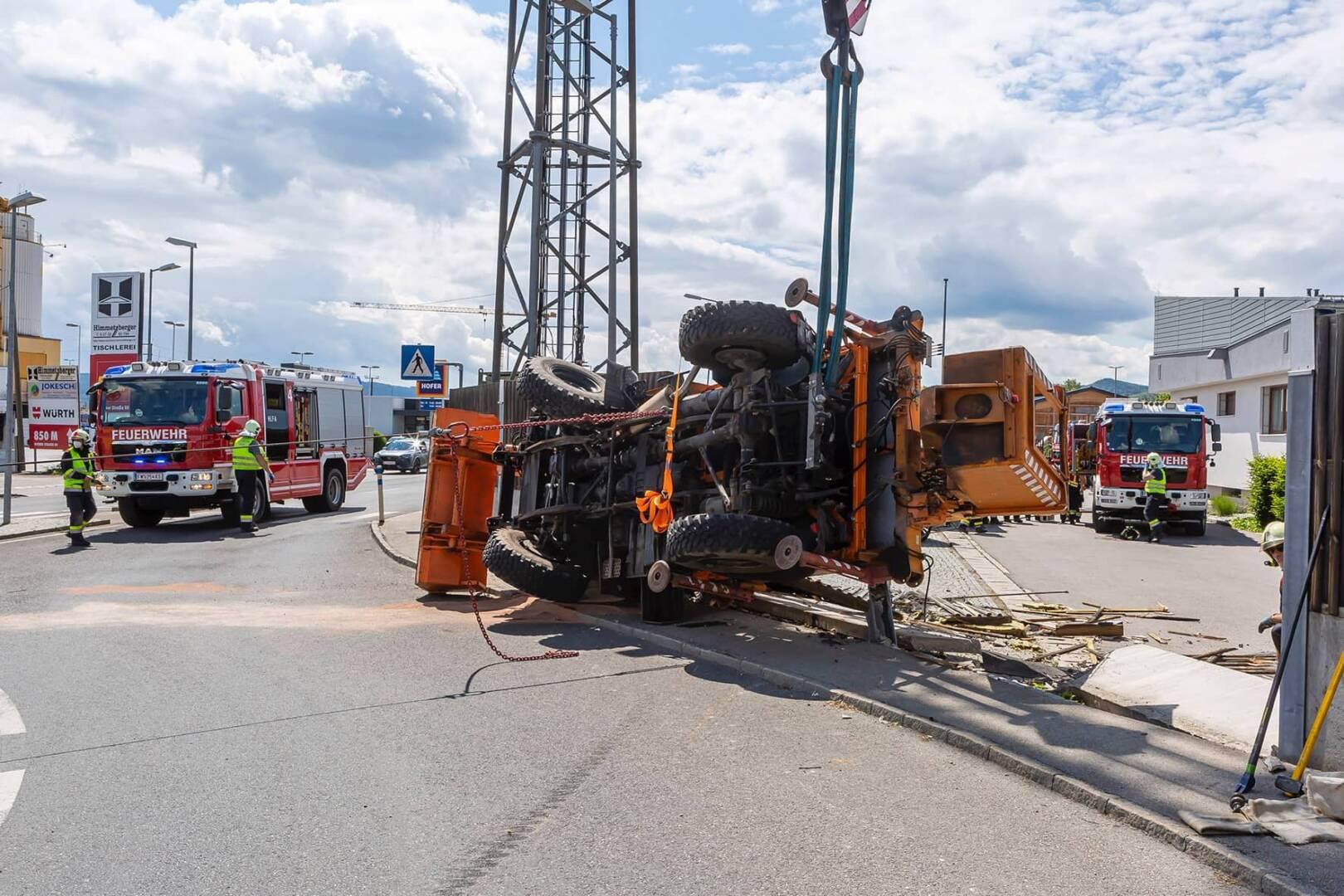 Unimog in Kreisverkehr umgekippt