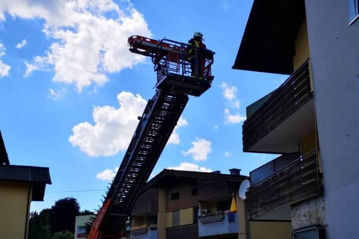 Person mit Drehleiter von Balkon gerettet