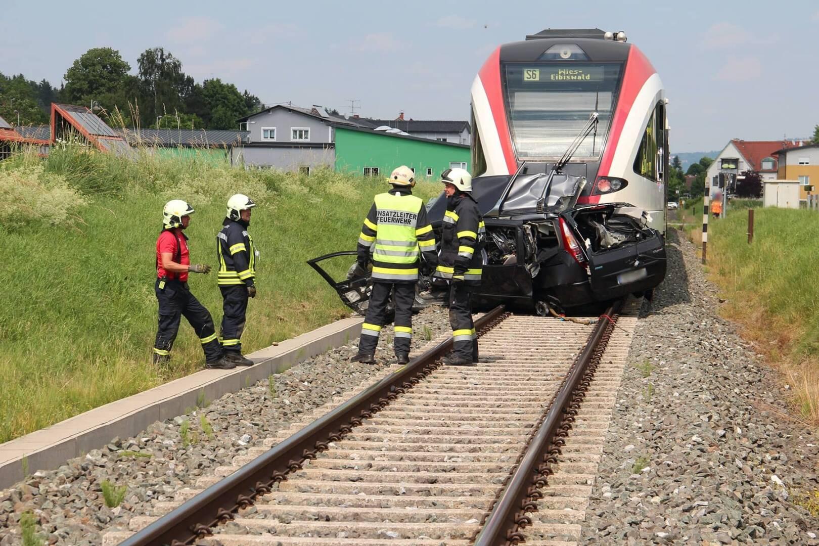 PKW-Kollision mit Eisenbahn fordert Todesopfer