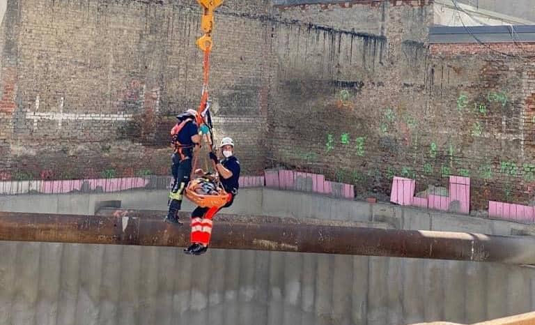Rettung eines Bauarbeiters aus einer Baugrube