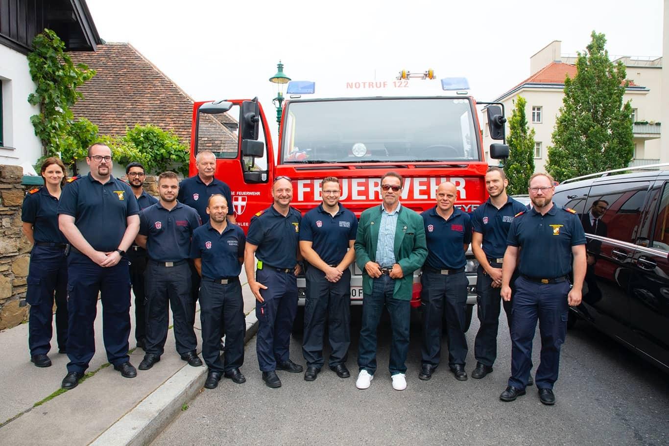 Arnold Schwarzenegger trifft die Feuerwehr