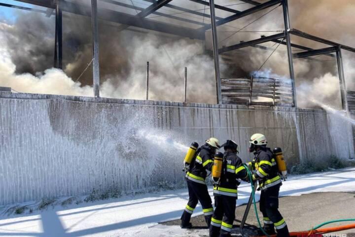 Großbrand in Recyclingfirma im Bezirk