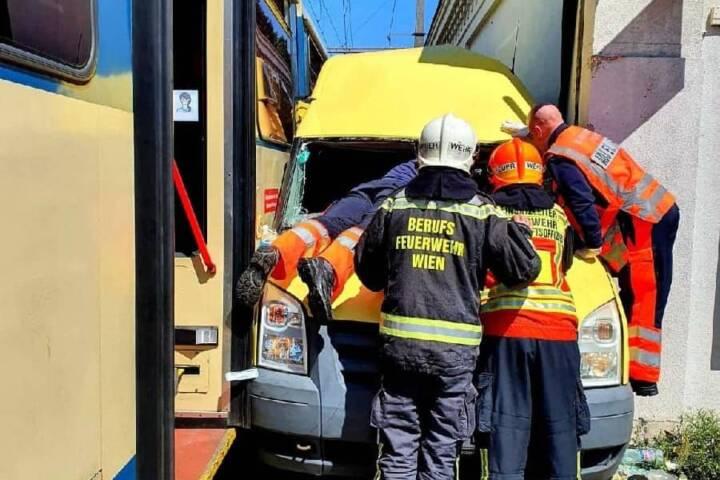 Verkehrsunfall zwischen Lieferwagen und Schienenfahrzeug