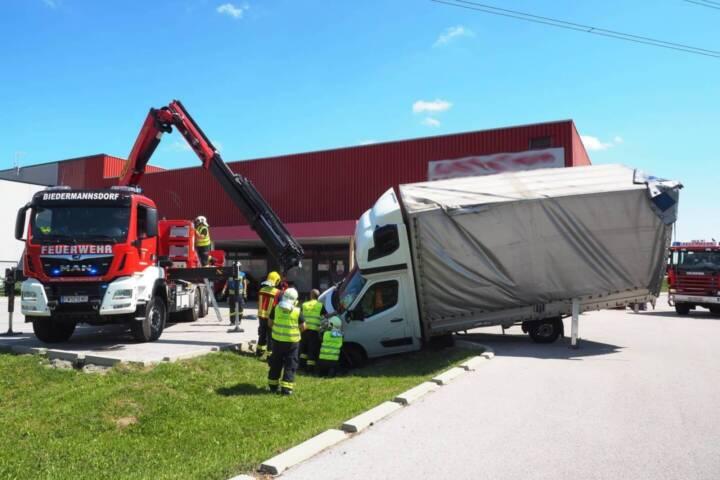 Missglücktes LKW-Wendemanöver endet im Graben